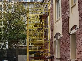 Использование строительной туры на колесах при монтажных работах